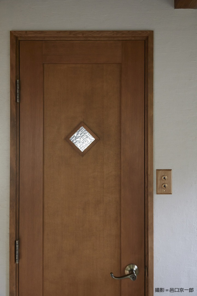 写真⑧木製ドア