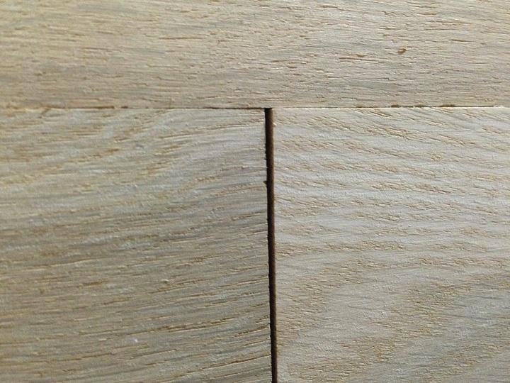 板の間にできたスキマ