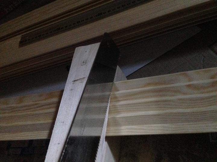 のこぎりで木材をカットする