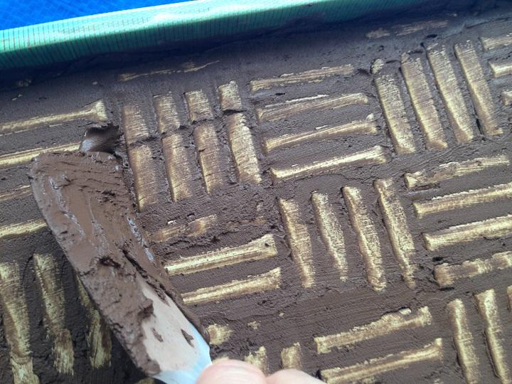表面の余分な目地材をそぎ取る