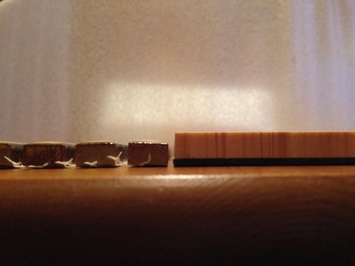 横から厚さを比べる