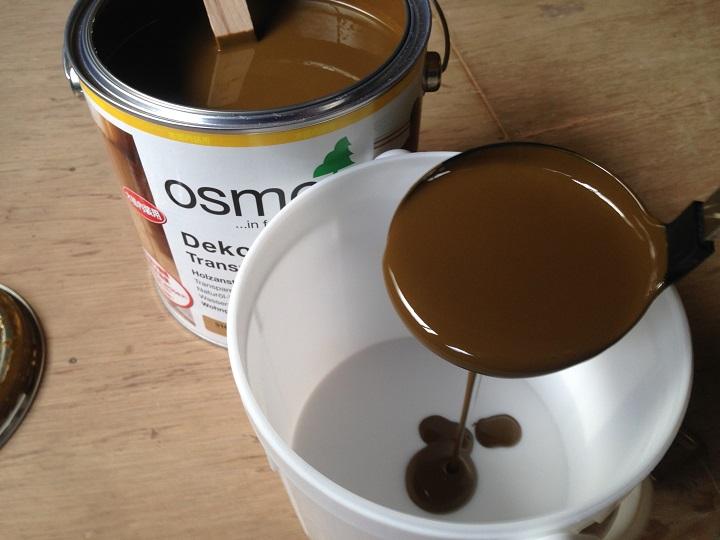 塗料をバケツに移す