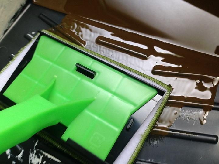 コテバケに塗料をつける