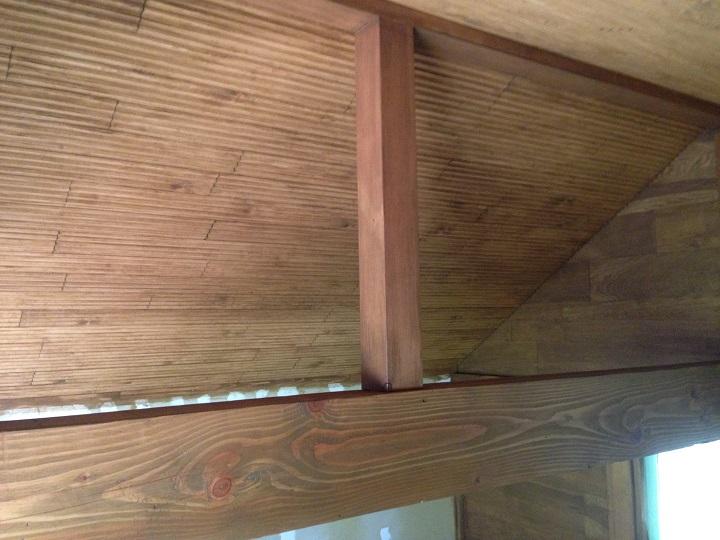 塗装完了後の天井と柱