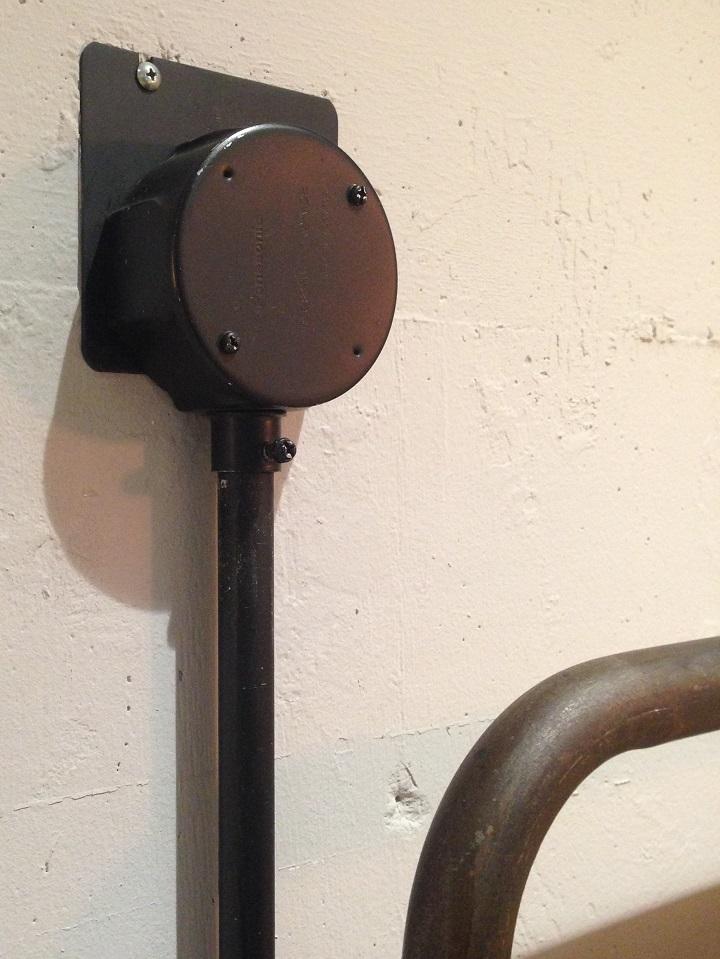 黒く塗られた鉄配管