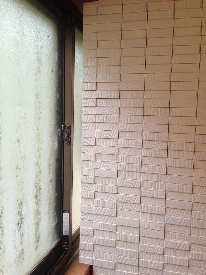 壁と窓のあいだのスキマ