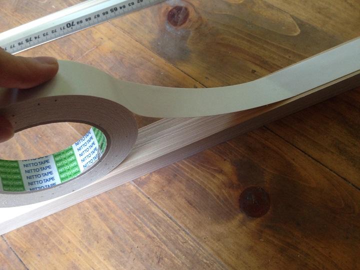 角材に両面テープを貼ってる