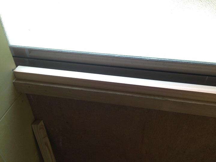 窓枠に貼った
