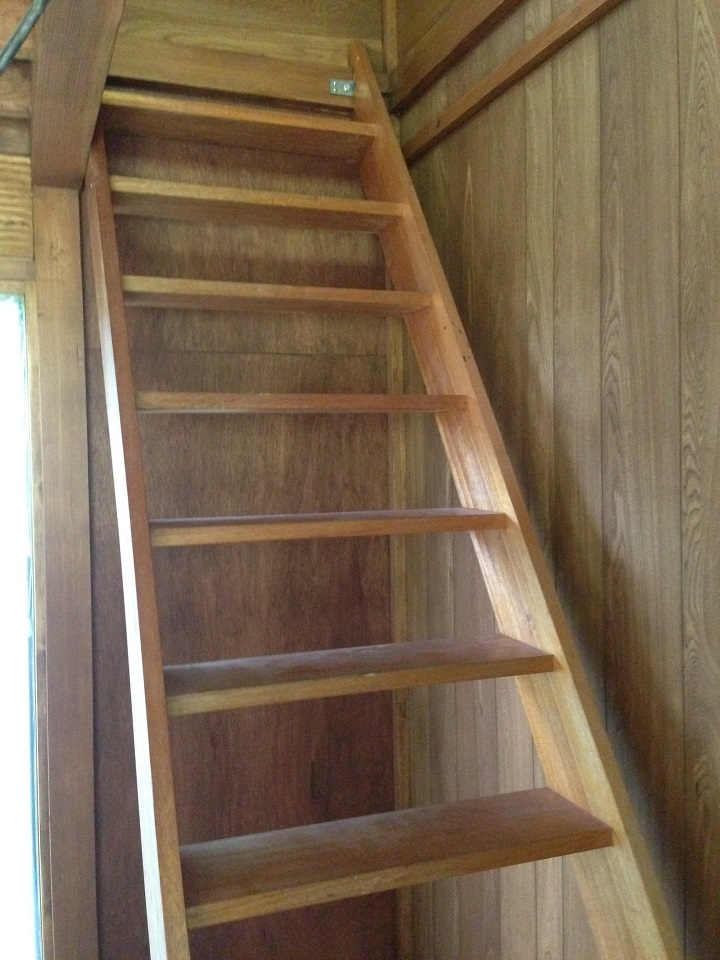 塗装前の木製階段