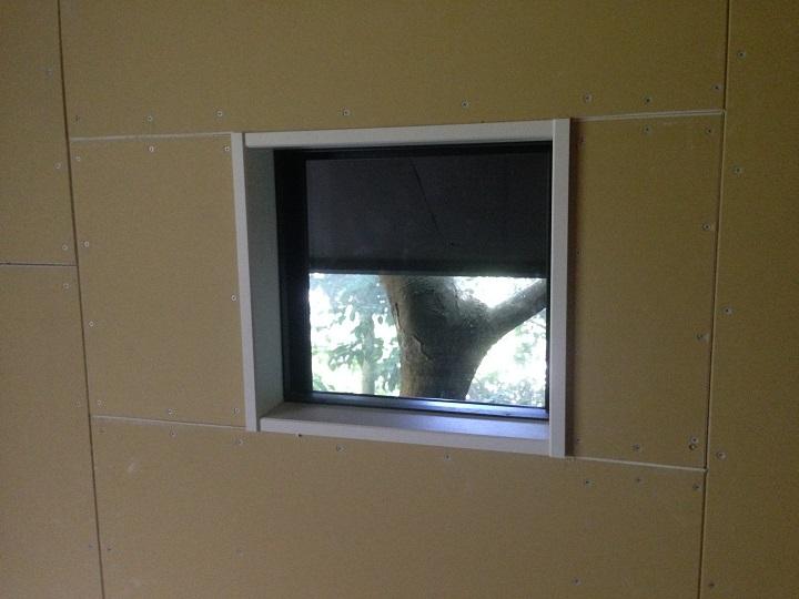 軒天で半分隠れてしまった窓