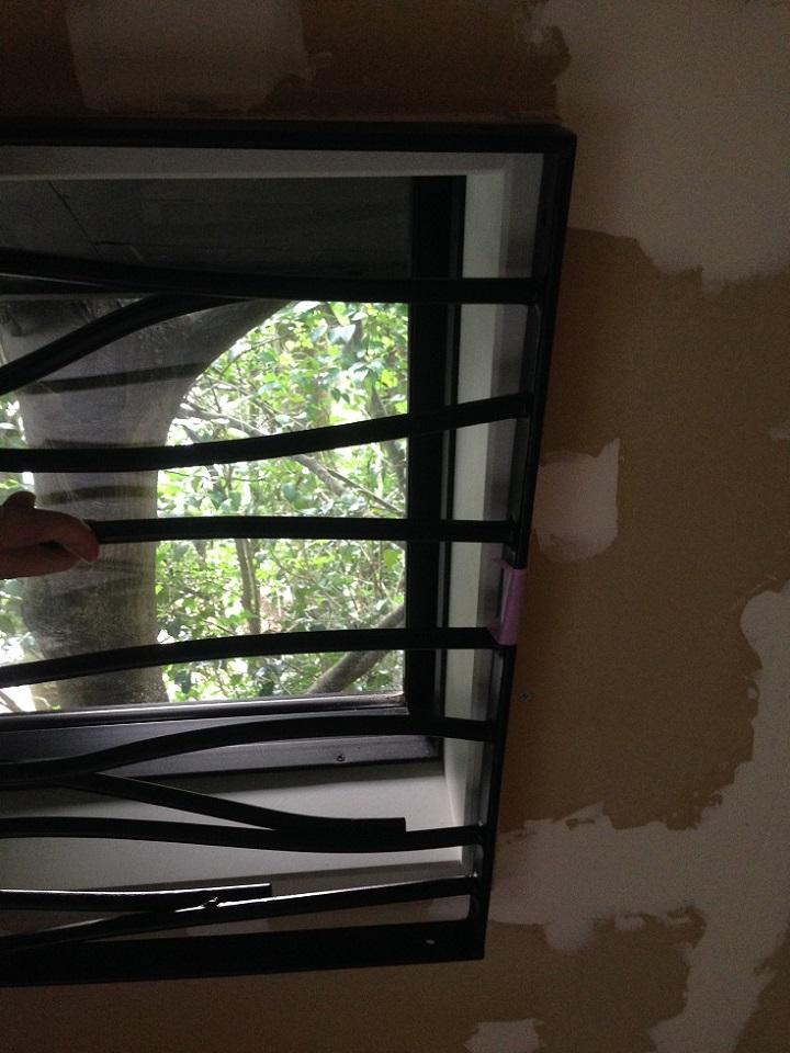 ロートアイアンが窓に合わない!