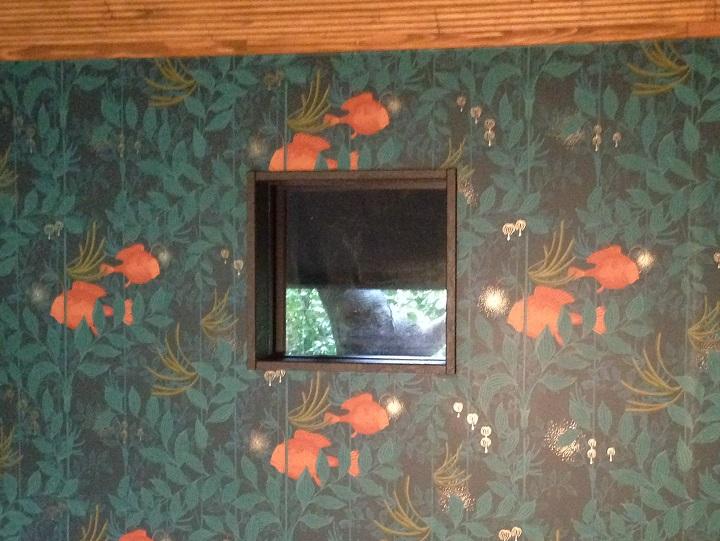 壁紙が貼られた壁と窓