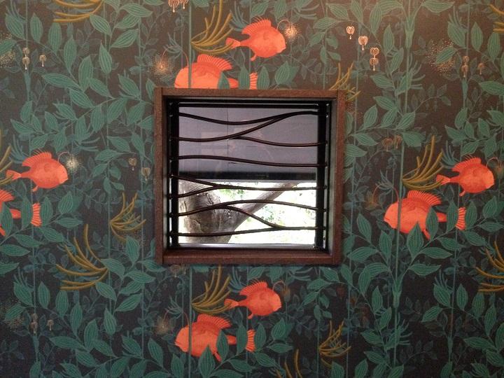 ロートアイアン設置後の窓