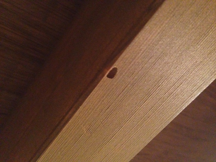 天井の柱に穴が