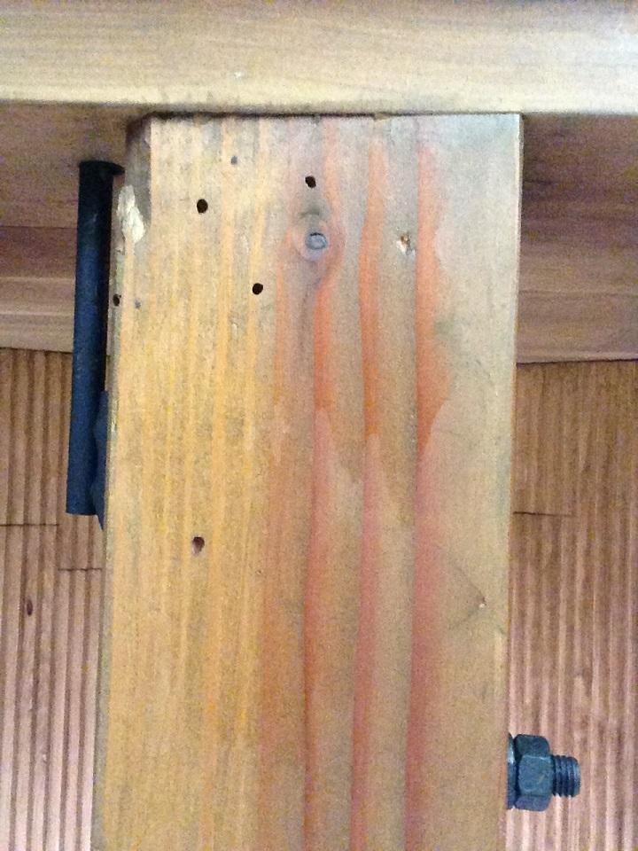 2階の柱にも穴が