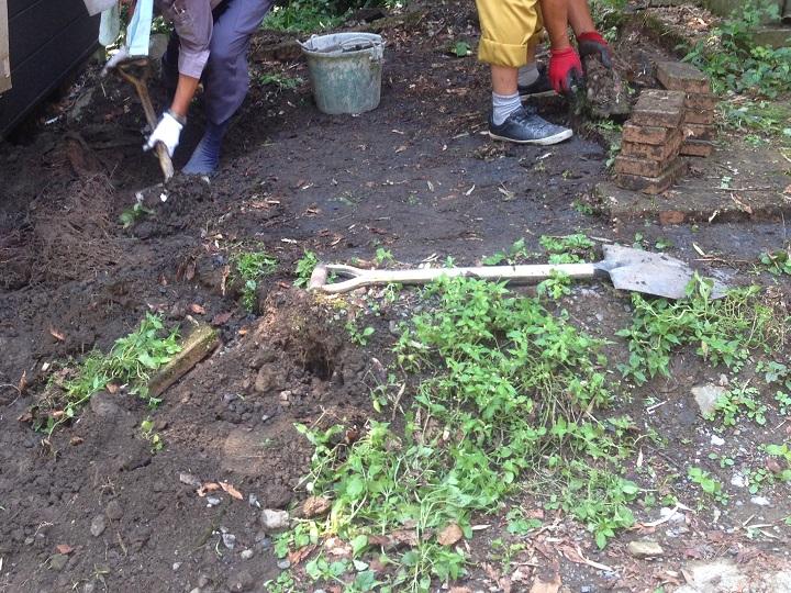 レンガをどかして土を掘り返す