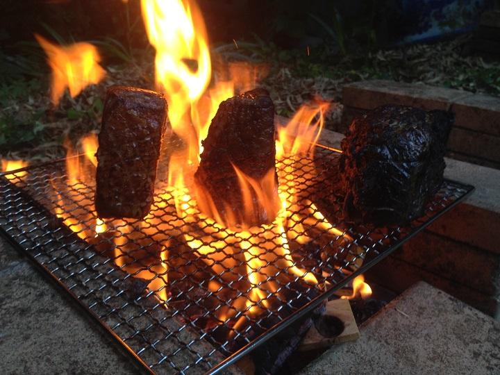 炉を使って塊肉を焼いているところ