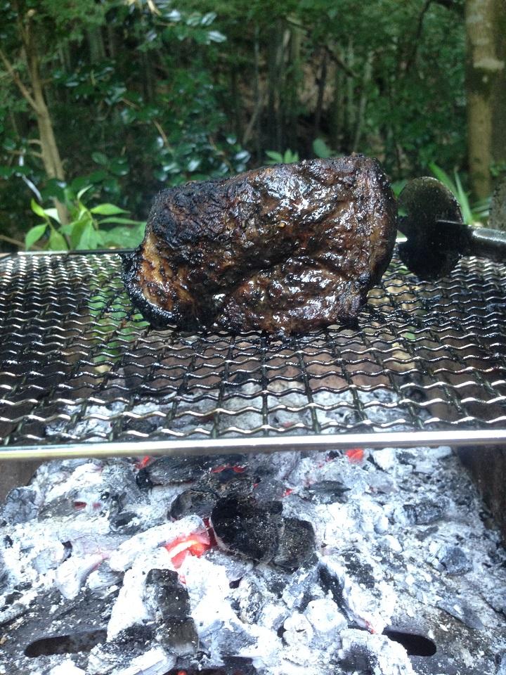 炉で豚肉を焼いているところ