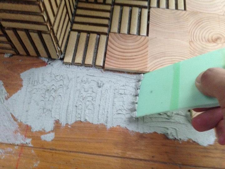 床にもタイルを貼る