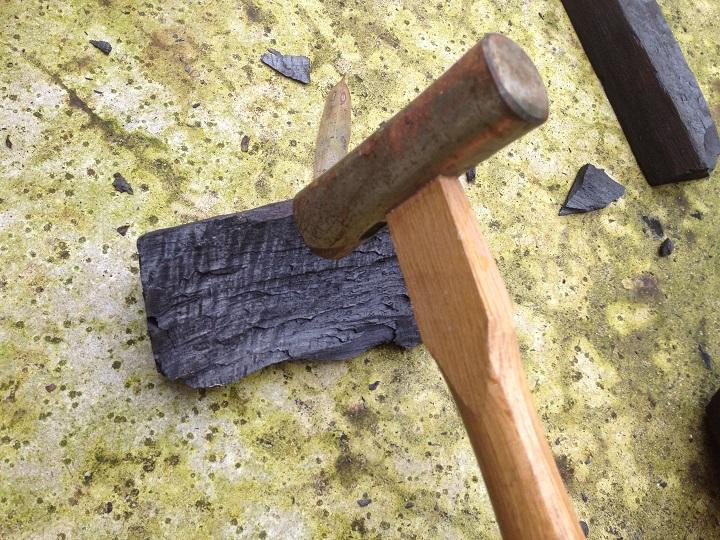 木炭をハンマーで砕く