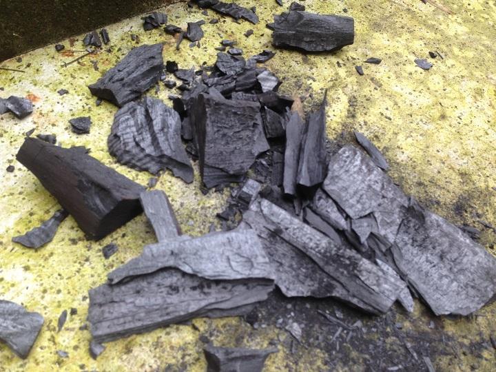 砕いた木炭