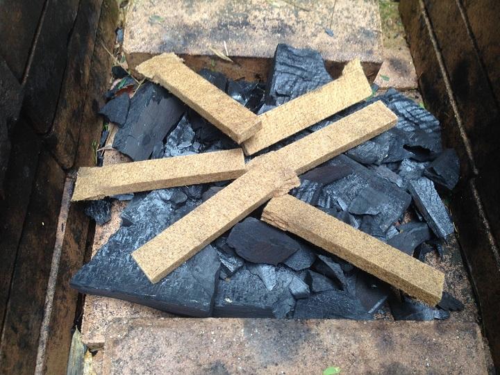 木炭の上に着火剤を