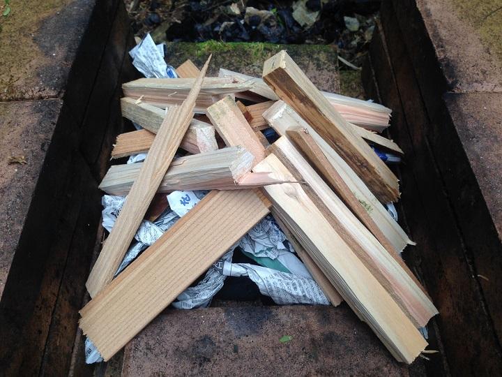 薪をテント状に設置