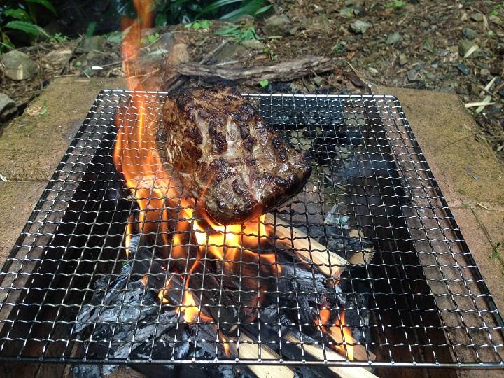 焼き途中の肉