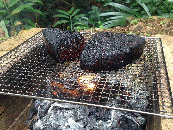 黒々と焼けた肉