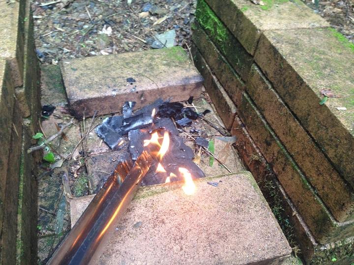 燃えている薪を取り出す