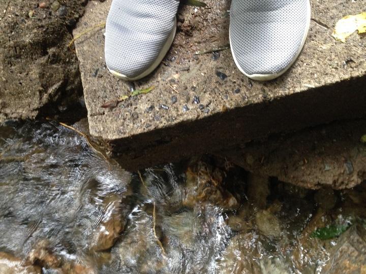 足下に川が迫る