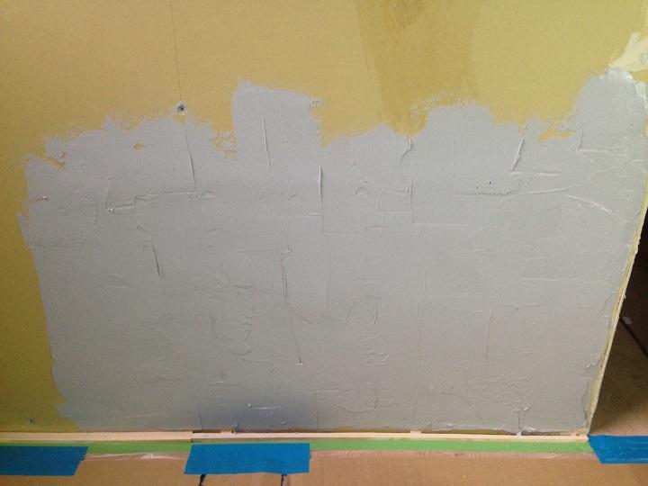 ボンドを塗り終えた壁