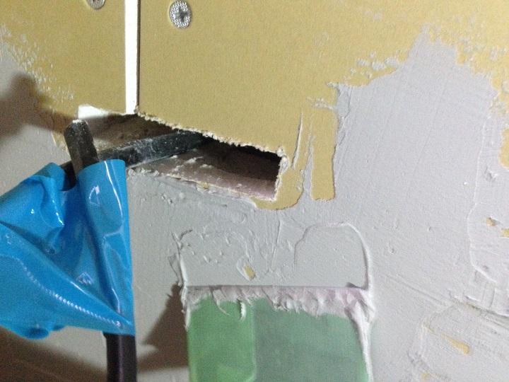 コンセント穴まわりにボンドを塗る
