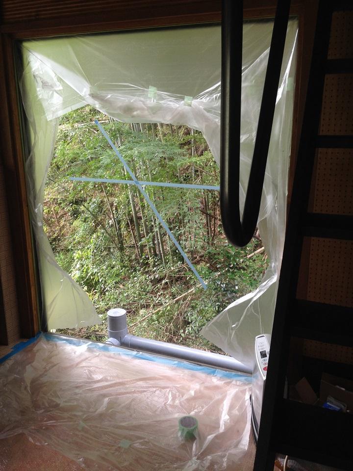 窓から見える水道管