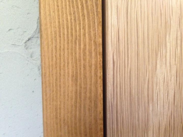 木のペーパーホルダーをドア枠とくらべた