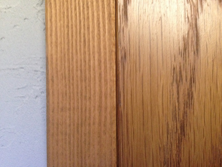 塗装後の木のペーパーホルダーをドア枠とくらべた