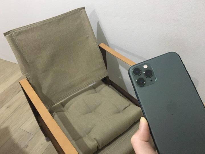 スマホと椅子の比較イメージ