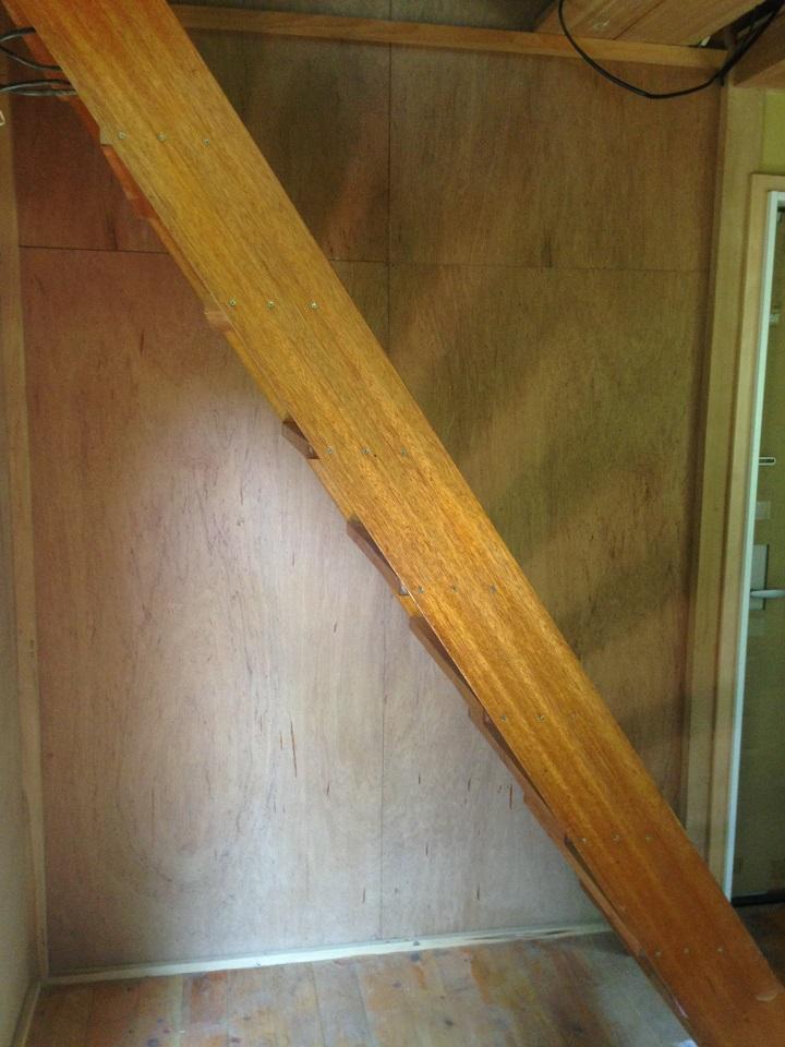 一階の階段横の壁