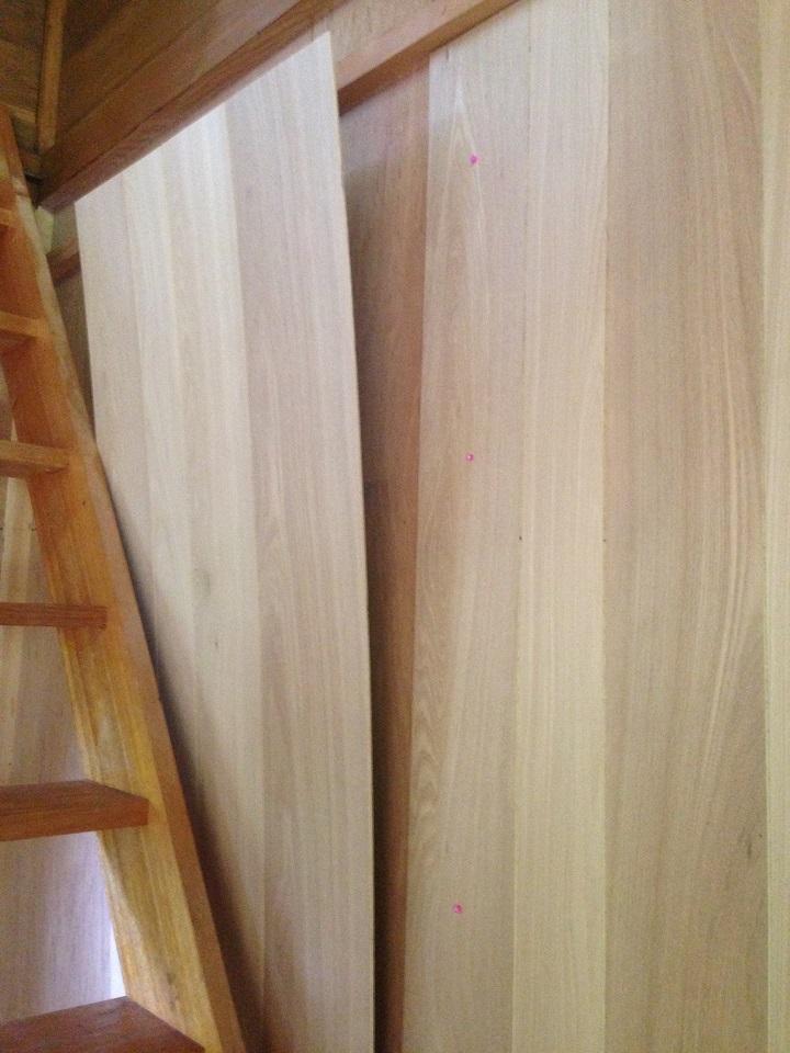 手前の階段が邪魔してパネルを貼りづらい