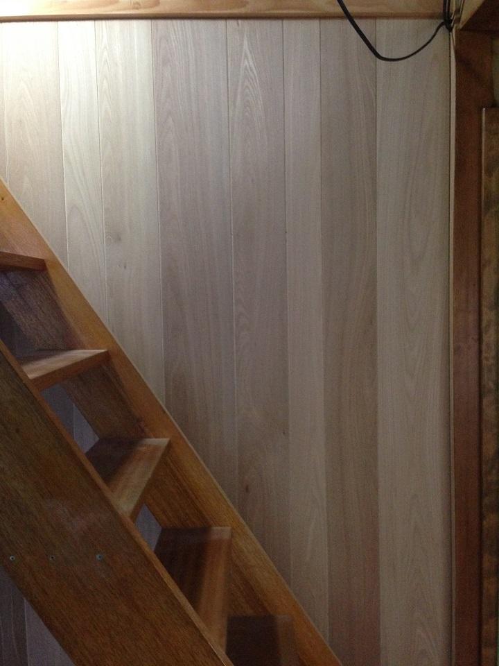 階段横のウッドウォールパネル