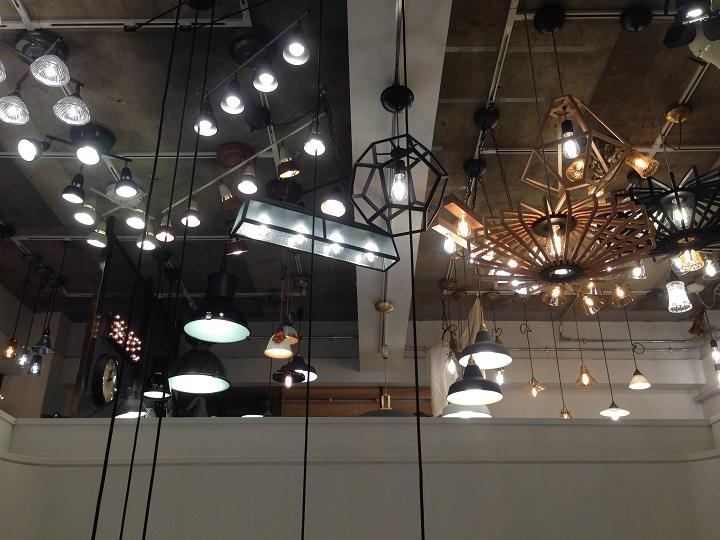 「アートワークスタジオ」のショールームの天井