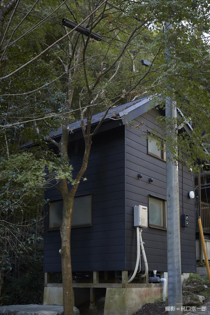 山小屋と電柱
