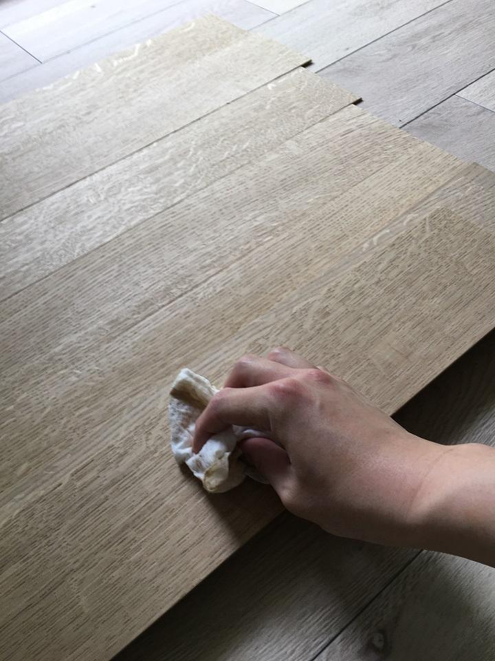 表面の木くずや粉をふき取る