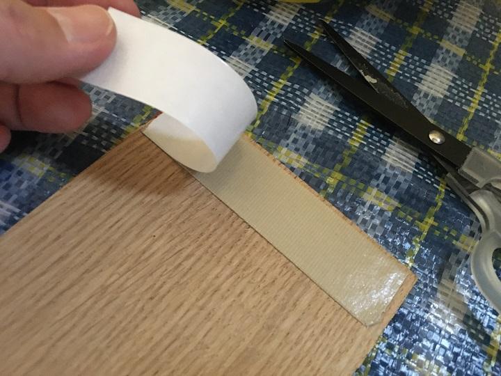 両面テープの裏紙を剥がす