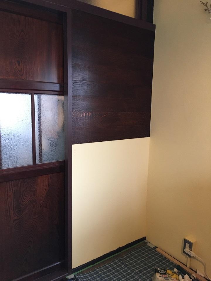 壁の半分まで貼れた