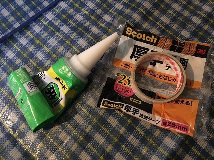 残ったボンドと両面テープ