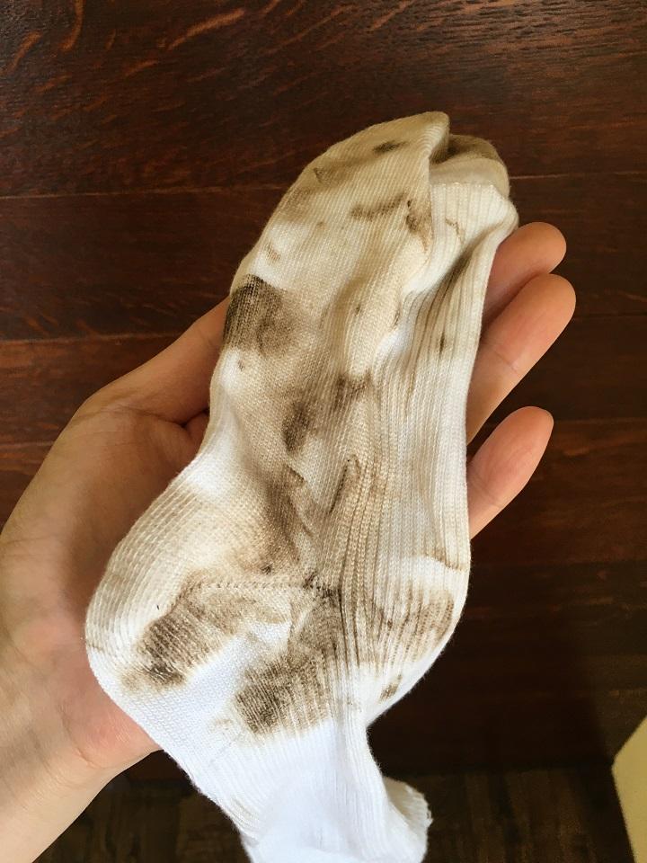 塗料で汚れた靴下