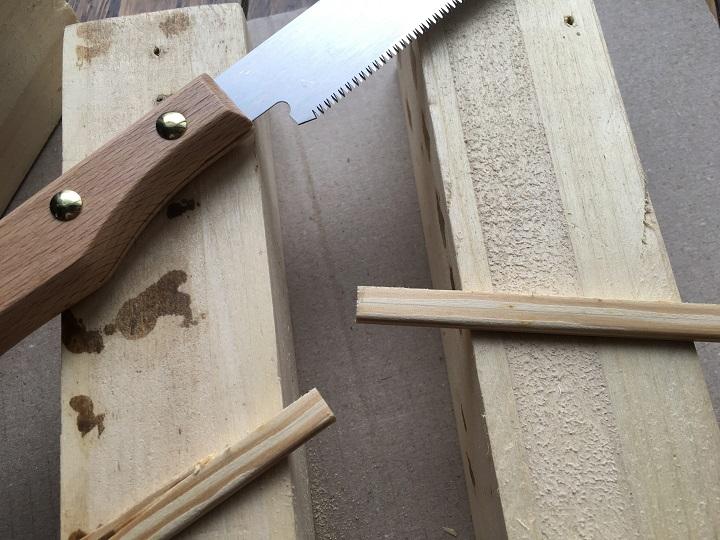 木材をのこぎりでカット