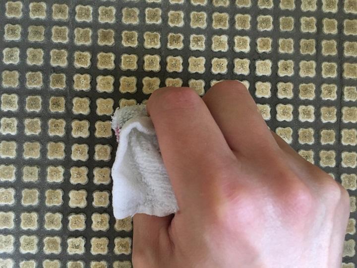 雑巾で表面をふく