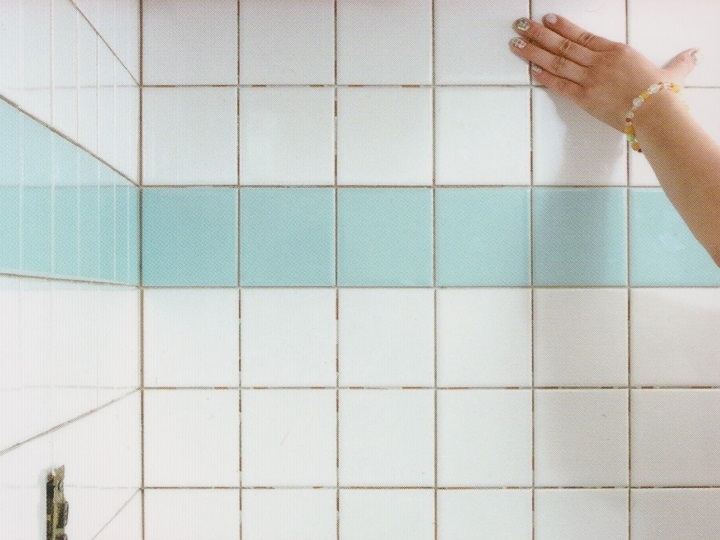 キッチンの壁にタイルを張る